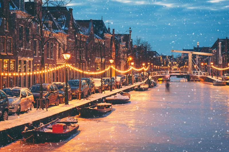 在黄昏的冻荷兰运河与落的雪 库存照片