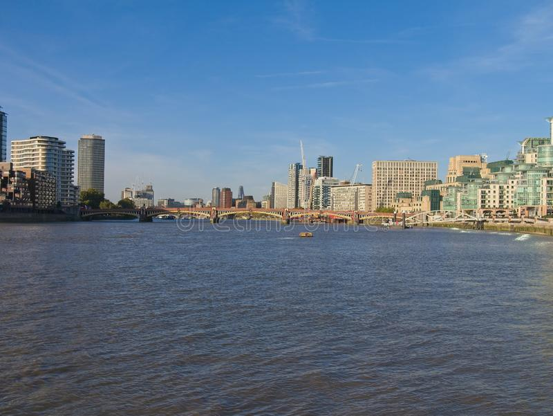 在黄昏的城市地平线在伦敦 泰晤士河、Vauxhall桥梁等等 免版税图库摄影