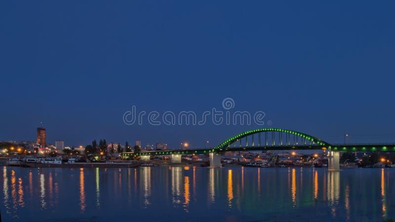 在黄昏的城市地平线由河 库存照片