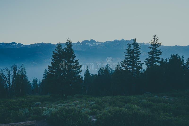在黄昏的广角看法在尖塔景色在马麦斯湖Califormoa 库存照片
