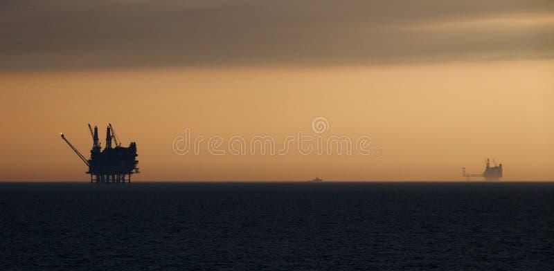在黄昏的抽油装置,北海 库存图片