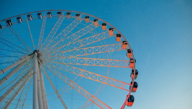 在黄昏的有启发性弗累斯大转轮在天空蔚蓝 库存照片