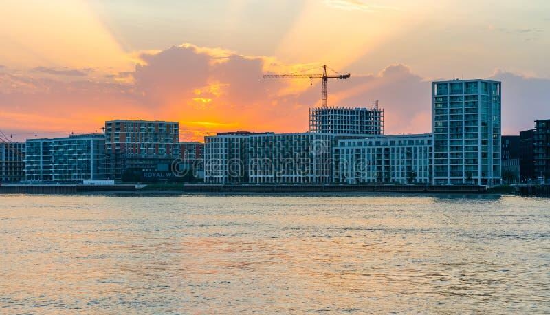 在黄昏的泰晤士河和伦敦都市风景 免版税库存图片