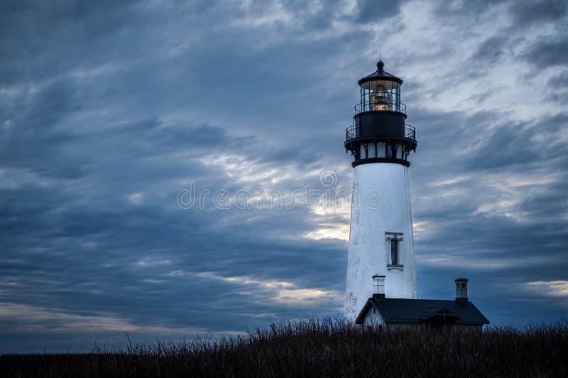 在黄昏的灯塔在俄勒冈海岸 免版税库存图片