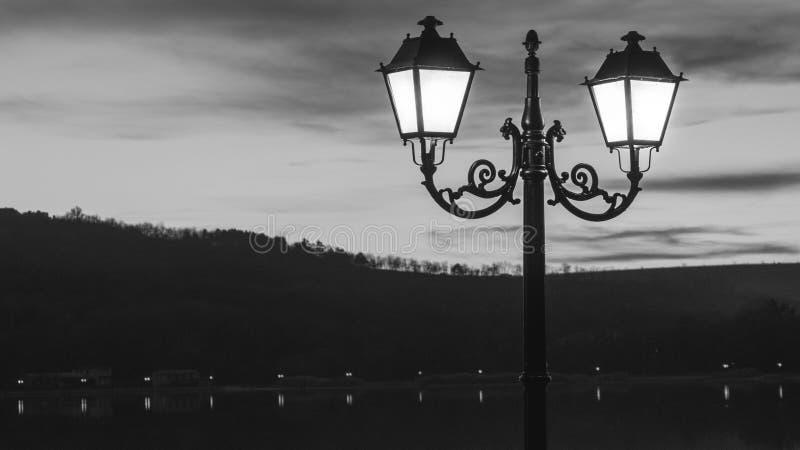 在黄昏的老街灯 免版税图库摄影