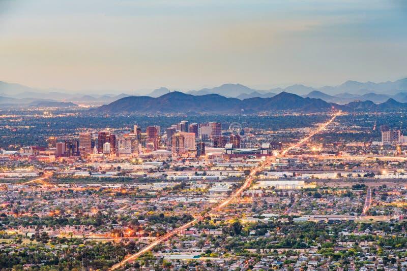 在黄昏的菲尼斯,亚利桑那,美国街市都市风景 免版税库存图片