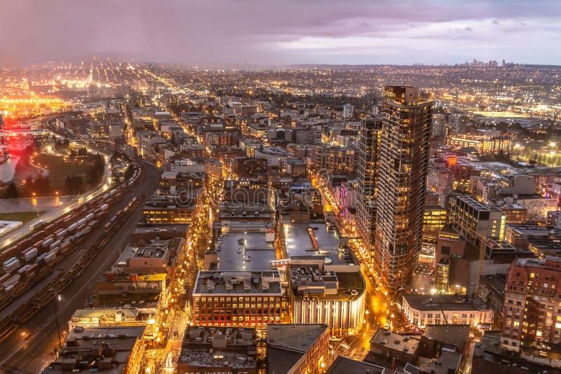在黄昏的闪耀的温哥华都市风景 库存图片