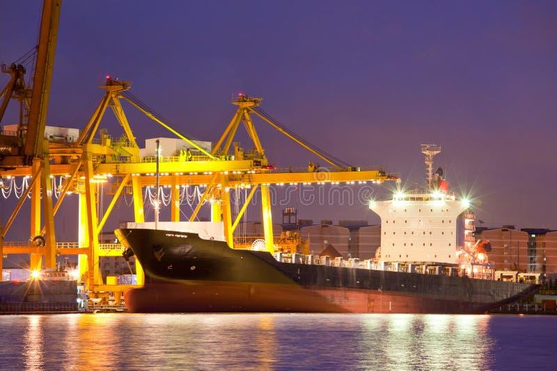 在黄昏贸易的行业船 库存照片