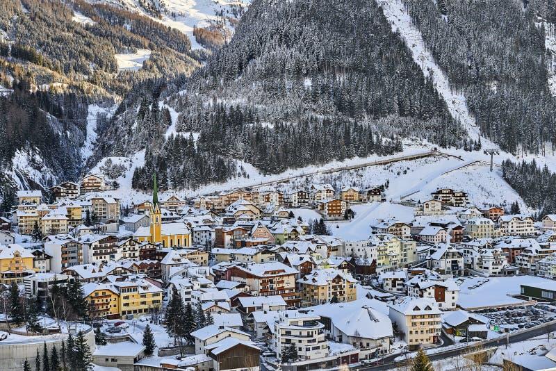 在黄昏,从小山上面的看法的Ischgl 晚上在小镇在蒂罗尔阿尔卑斯 免版税库存照片