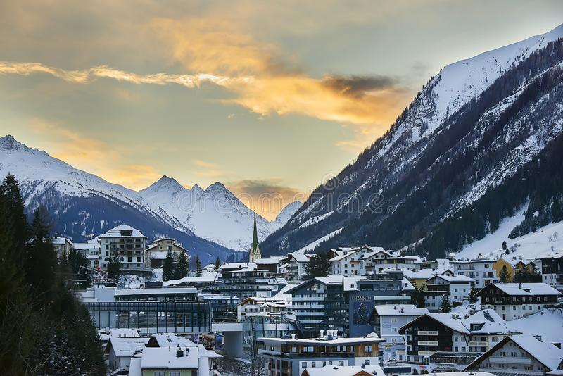 在黄昏,从小山上面的看法的Ischgl 晚上在小镇在蒂罗尔阿尔卑斯 库存照片
