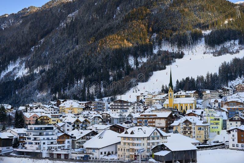 在黄昏,从小山上面的看法的Ischgl 免版税图库摄影