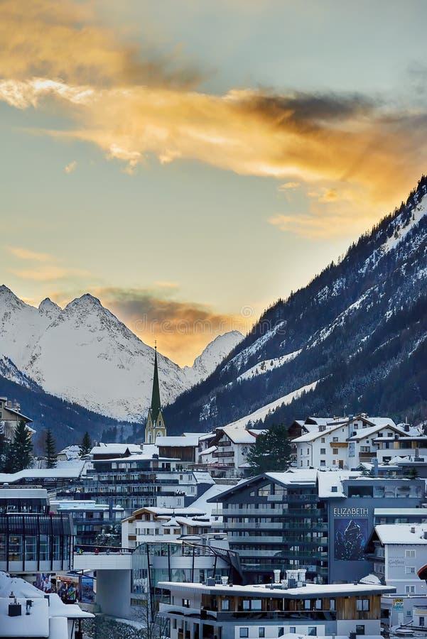 在黄昏,从小山上面的看法的Ischgl 库存图片