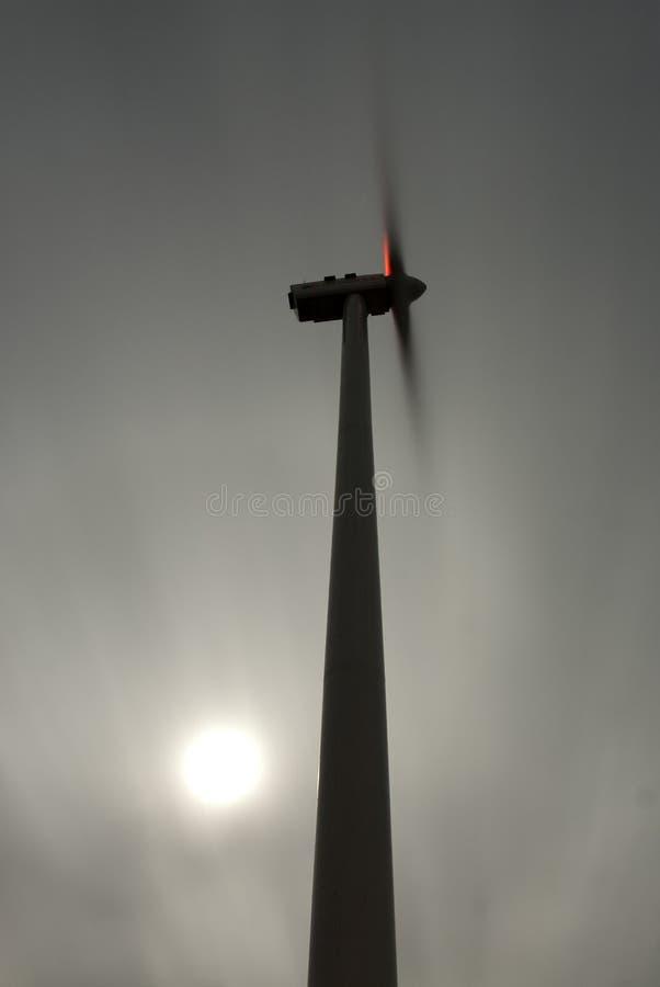 在黄昏,风力的风轮机 库存图片