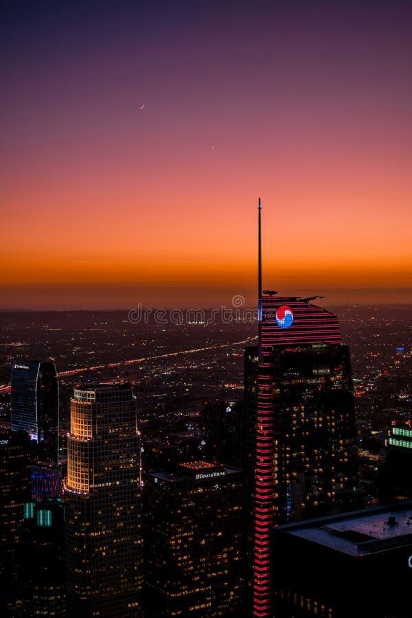 在黄昏,高峰在洛杉矶有与星和月亮的美好的日落 库存图片