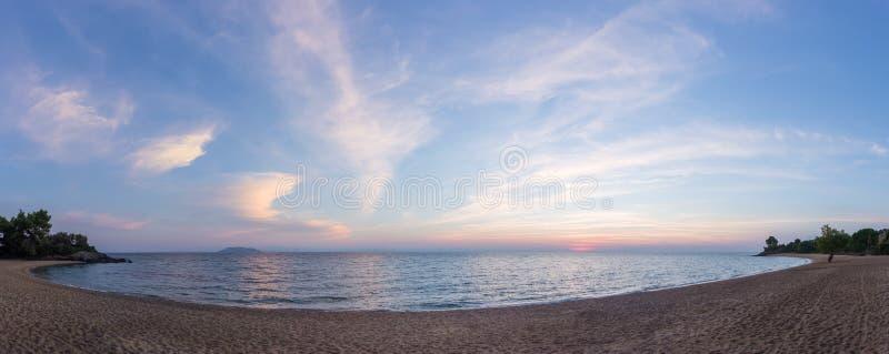 在黄昏, Sithonia,哈尔基季基州,希腊的华美的海和天空颜色 库存照片