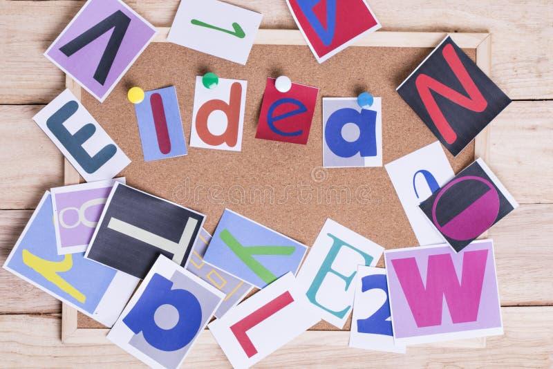 在黄柏板的五颜六色的纸词想法在桌上 想法Conce 免版税库存图片
