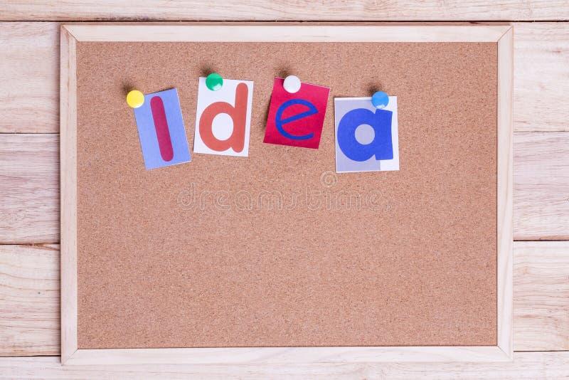 在黄柏板的五颜六色的纸词想法在桌上 想法Conce 图库摄影