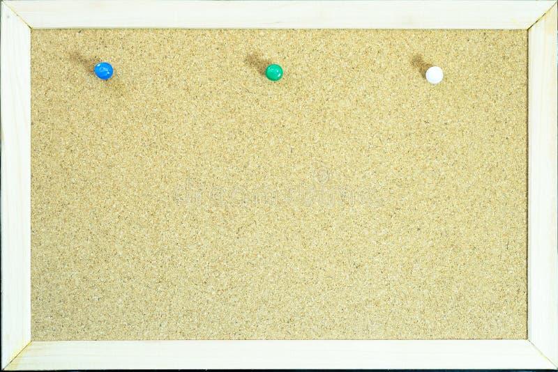 在黄柏的五颜六色的别针为备忘录或教育上 图库摄影