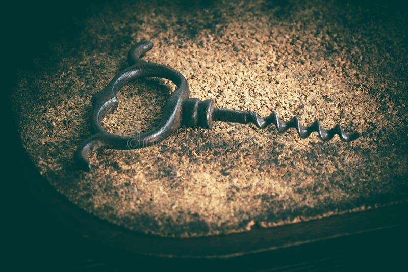 在黄柏背景的一个老拔塞螺旋 免版税库存照片
