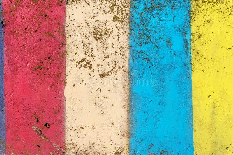 在黄色、红色和蓝色的颜色绘的混凝土墙 库存图片
