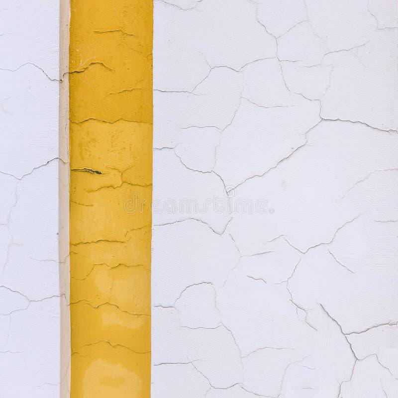 在黄色和白色绘的崩裂的墙壁 在大厦的明亮的颜色 老建筑大厦 r 设计, 免版税库存照片