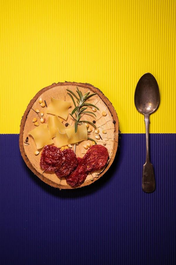 在黄色和紫色背景的葡萄酒匙子 免版税库存图片