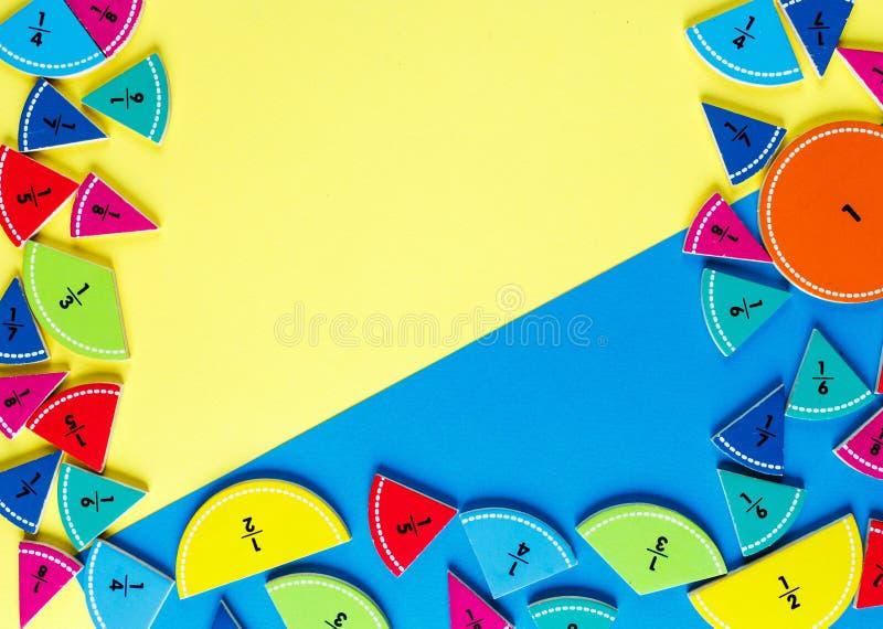 在黄色和蓝色明亮的背景的五颜六色的算术分数 孩子的有趣的算术 教育,回到学校概念 g 免版税库存图片