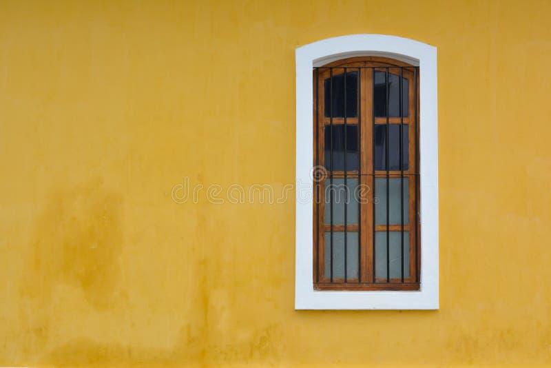 在黄色墙壁上的法国样式白色窗口在本地治里市,印度 免版税库存照片