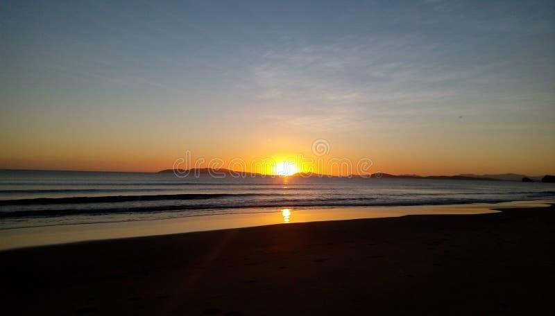 在黄色天际的美丽如画的日落在晚上 免版税库存图片
