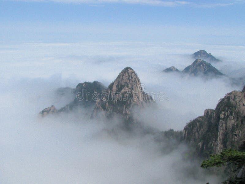 在黄色山上的云彩海 免版税库存图片
