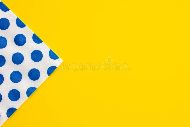 在黄色桌上的纸巾 免版税库存照片