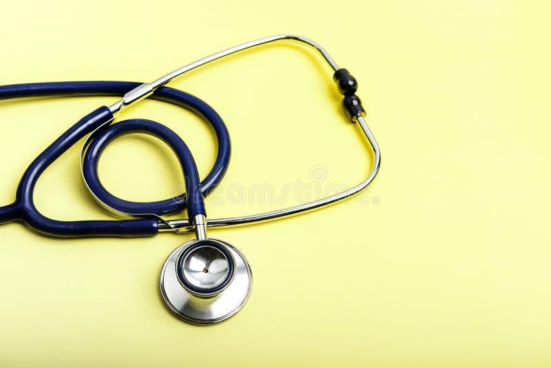 在黄色的听诊器医疗设备 免版税库存图片