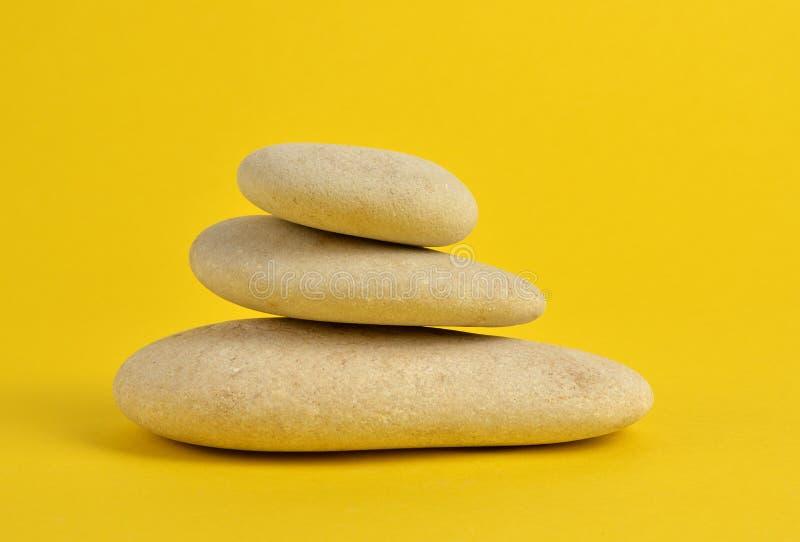 在黄色的温泉石头 免版税库存照片