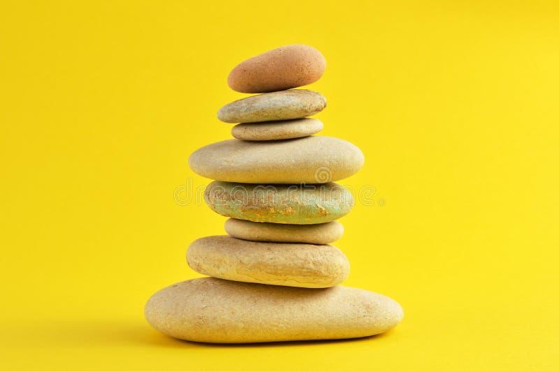 在黄色的温泉石头 免版税库存图片