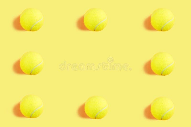 在黄色的网球样式 ?? 免版税库存图片