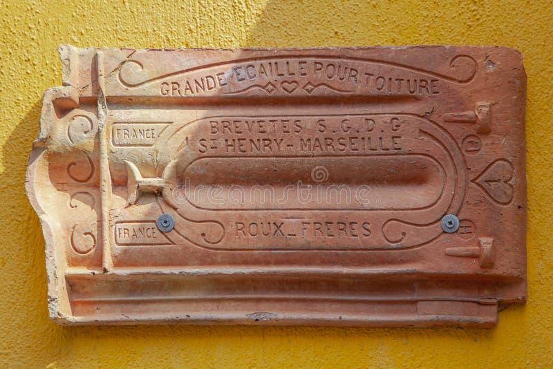 在黄色的葡萄酒陶瓷屋顶在博兹贾岛Bozcaada海岛爱琴海 库存照片