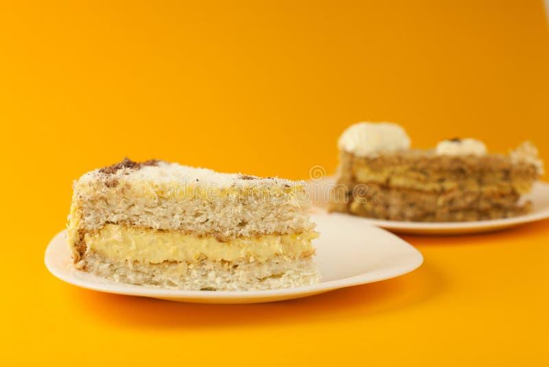 在黄色的蛋糕 免版税库存照片