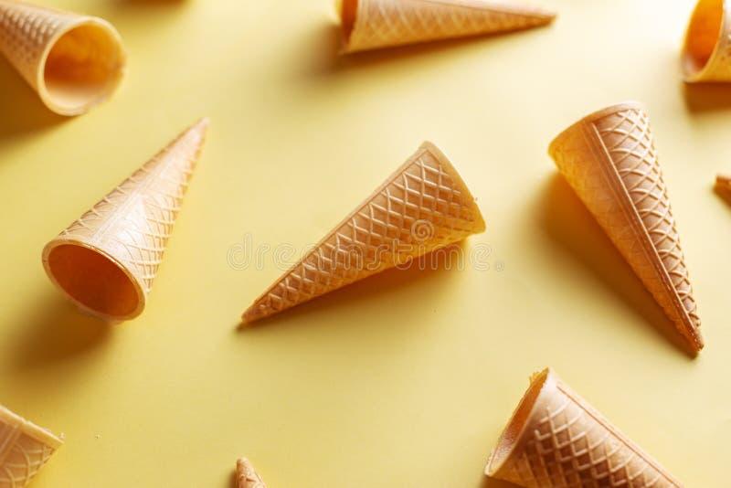 在黄色背景的冰淇淋短号 库存图片