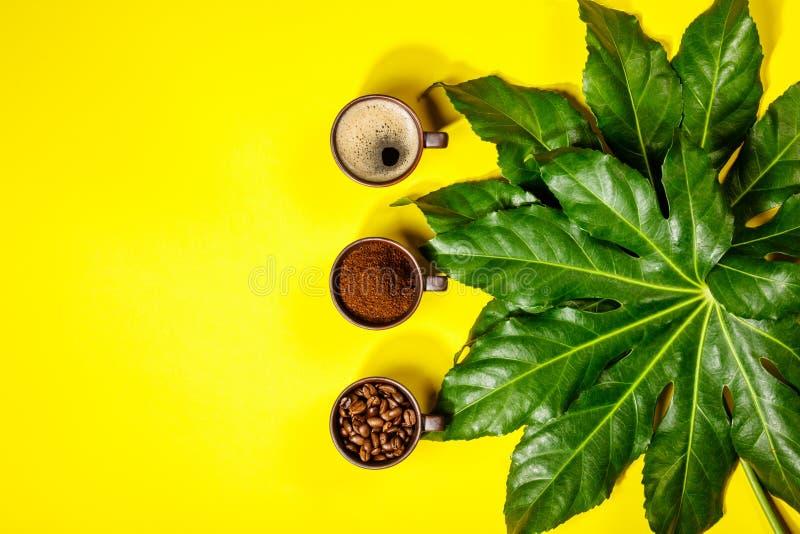 在黄色背景的咖啡构成 图库摄影