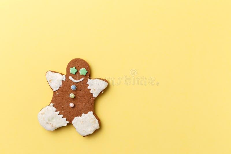 在黄色背景的圣诞节曲奇饼 免版税库存图片
