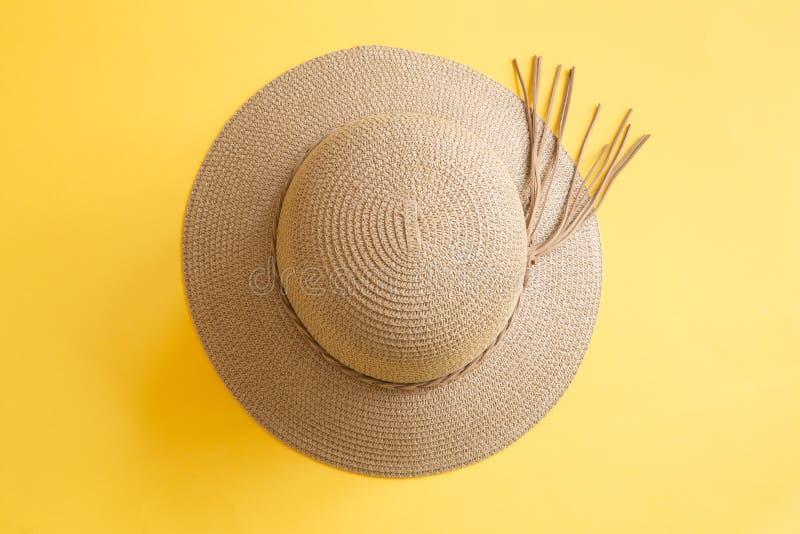 在黄色背景的妇女的帽子 库存照片
