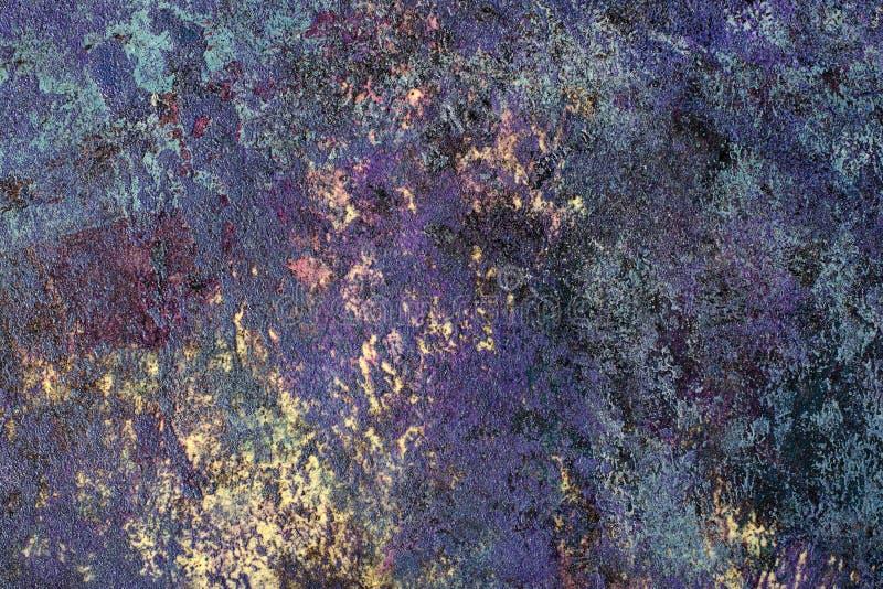 在黄色背景的层状紫色和蓝色纹理 免版税库存照片