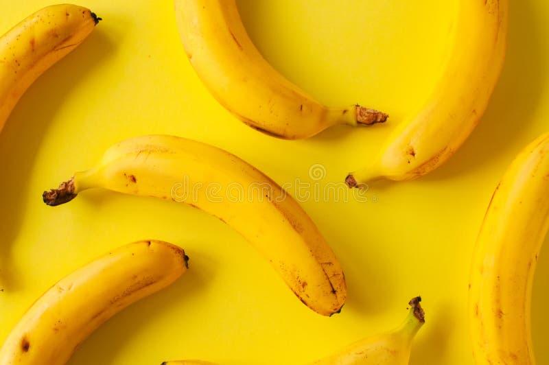 在黄色背景的新鲜的成熟香蕉 免版税库存图片