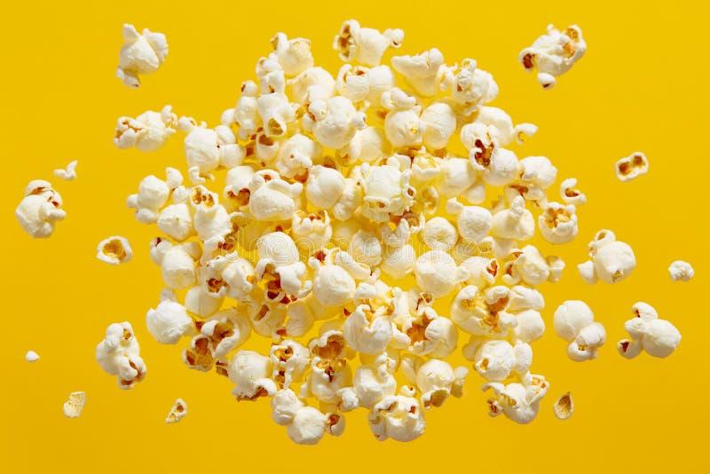 在黄色背景的玉米花 免版税库存图片