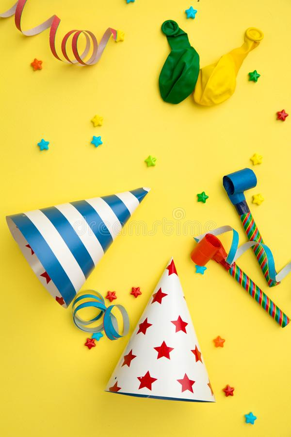 在黄色背景的生日聚会项目 免版税库存图片