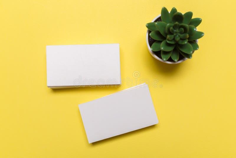在黄色背景的空白的白色名片 品牌身份的大模型 免版税库存图片