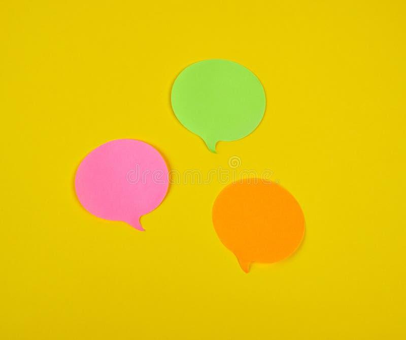 在黄色背景的纸稠粘的云彩型贴纸 库存图片