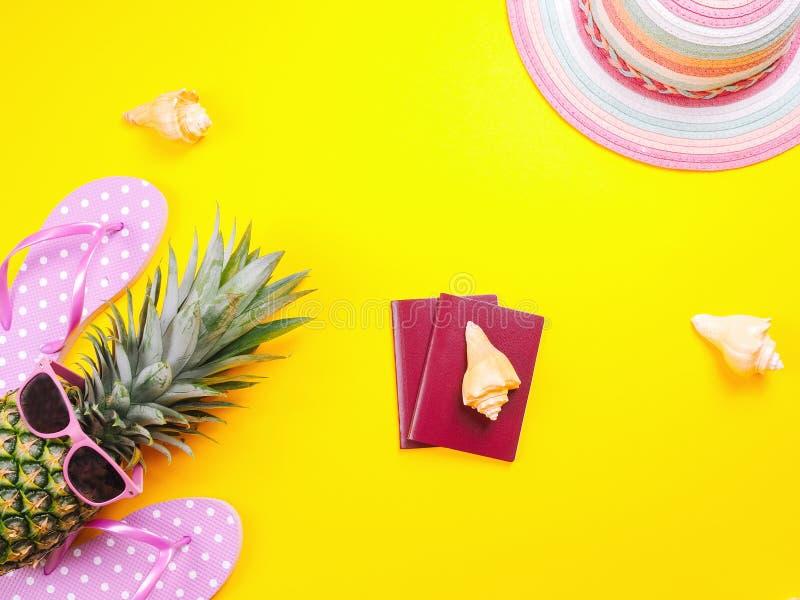 在黄色背景的菠萝佩带的太阳镜 免版税库存图片