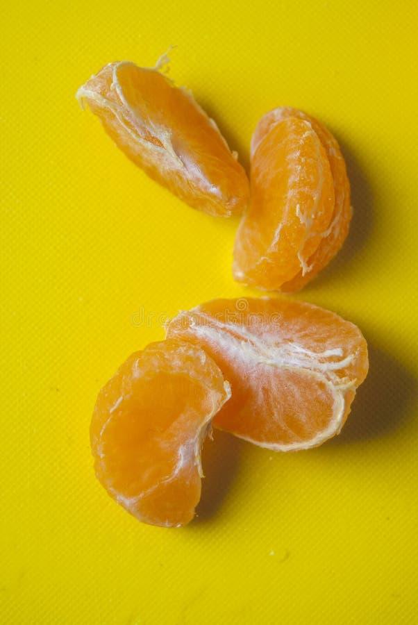 在黄色背景的蜜桔 库存图片