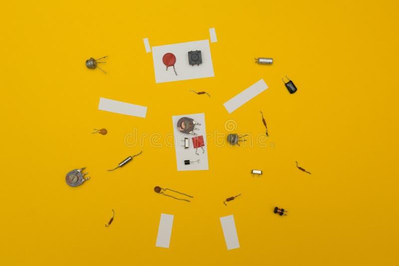 在黄色背景的被拆卸的机器人 库存例证